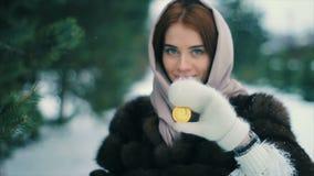 Övervintrar guld- bitcoin för härliga unga lyckade flickahåll i händer lager videofilmer