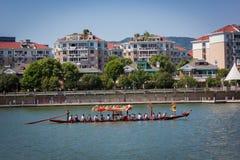 Övning för Dragon Boat Festival Race Royaltyfri Foto