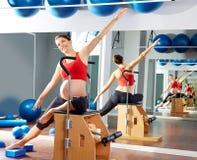 Övning för elasticitet för gravid kvinnapilatessida Arkivbilder