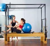Övning för fitball för gravid kvinnapilatesvärldsförbättrare Royaltyfri Foto