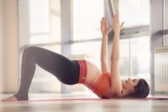 Övning för gravid kvinnaidrottshallyoga Royaltyfri Foto