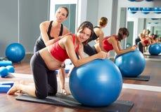 Övning för gravid kvinnapilatesfitball Royaltyfri Foto