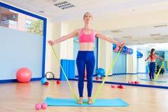 Övning för gummiband för Pilates kvinna stående Royaltyfria Bilder