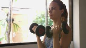 Övning för hantel för ung kvinna för kondition utbildande i idrottshall o 4k 3840x2160 arkivfilmer