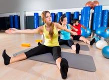Övning för Pilates yogautbildning i konditionidrottshall Arkivbilder