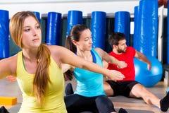 Övning för Pilates yogautbildning i konditionidrottshall Royaltyfri Bild