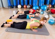 Övning för Pilates yogautbildning i konditionidrottshall Royaltyfria Bilder