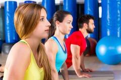 Övning för Pilates yogautbildning i konditionidrottshall Arkivfoton