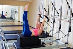 Övning för tillbaka slaglängd för Pilates världsförbättrarekvinna Arkivbilder