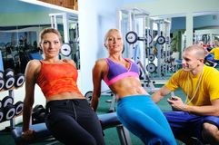 Övning för två kvinnor med den personliga konditioninstruktören Royaltyfria Foton