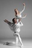Övning för två ung balettdansörer _ arkivbilder