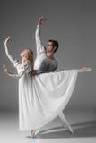Övning för två ung balettdansörer _ royaltyfri foto