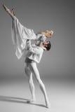 Övning för två ung balettdansörer _ royaltyfria foton