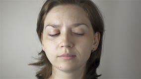 Övning för ung kvinna och idrottshallför ögon stock video