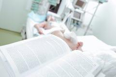 Övning på patienter i sjukhus Arkivbild