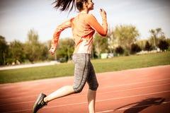 Övning utanför på den soliga dagen 15 woman young Arkivfoto