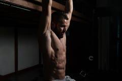 Övningar för Ab för övning för modellPerforming Hanging Leg lönelyfter Fotografering för Bildbyråer
