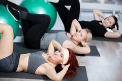 Övningar för abs på bollar Royaltyfri Foto
