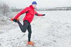 Övningar för sport för mandanande klår upp fysiska i rött skyddande nylon Royaltyfri Foto