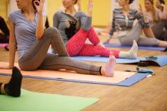 Övningen av yoga i konditionidrottshallen Fotografering för Bildbyråer