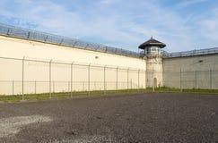 Övningsgården av ett decommissioned fängelse royaltyfri bild