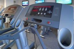 övningsidrottshallen machines treadmillen Royaltyfri Foto