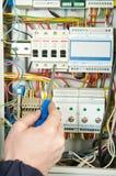 övre arbete för tät elektriker Arkivfoto