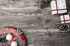 Övre bästa sikt, av julklappar och en platta med hemlagade dekorativa snöflingor på en träbrun lantlig bakgrund Fotografering för Bildbyråer
