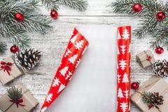 Övre bästa sikt, av julklappar på en trälantlig bakgrund som dekoreras med den vintergröna filialen arkivbild