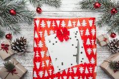 Övre bästa sikt, av julklappar på en trälantlig bakgrund som dekoreras med den vintergröna filialen, ben, leksaker, stjärnor Fotografering för Bildbyråer