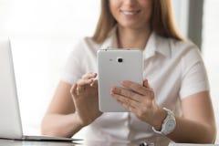 Övre bild för slut av den digitala minnestavlan i kvinnas händer Royaltyfri Foto