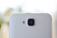 Övre bild för slut av kameran av den vitSmart telefonen Arkivfoto