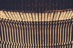 Övre bild för slut av metalliska skrivmaskinstangenter Filtrerad tappning Selektivt fokusera Fotografering för Bildbyråer