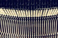 Övre bild för slut av metalliska skrivmaskinstangenter Filtrerad tappning Selektivt fokusera Royaltyfria Foton