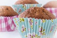 Övre bild för slut av muffin i härliga mönstrade bakningkoppar Royaltyfri Foto
