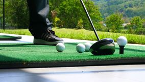 Övre boll för slut på den utslagsplats avgick golfaren som tar gunga som slår golfboll av utslagsplats på golfbana Royaltyfri Bild
