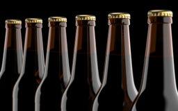 Övre bruna ölflaskor för slut Studion 3D framför, på svart bakgrund Royaltyfri Foto