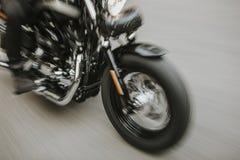 Övre detalj för amerikanskt motorcykelslut med oskarp rörelseeffekt royaltyfri fotografi