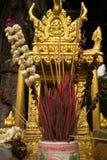 Övre detalj för extremt slut av ett guld- andehus i South East Asia, med rökelse och blommor på mitten (lodlinjen) Arkivfoto