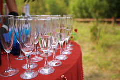 Övre detalj för slut av den eleganta tjänade som tabellen utomhus Fotografering för Bildbyråer