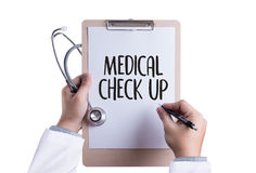 ÖVRE doktor för MEDICINSK KONTROLL som kontrollerar tålmodig pressur för arteriellt blod Arkivbilder