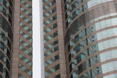 Övre för arkitektur nära glass fasader av moderna högväxta byggnader och skyskrapor Stads- landskap, fönster Stadsaffär Fotografering för Bildbyråer