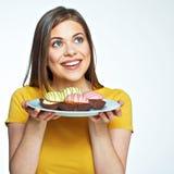 Övre framsidastående för slut av den lyckliga kvinnainnehavplattan med macaro Royaltyfri Foto
