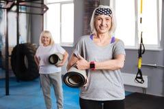 Övre gest för lycklig äldre kvinnavisningtumme Arkivfoto