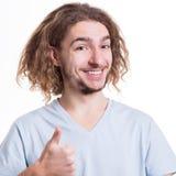 Övre gest för lycklig manvisningtumme, studioskott Arkivfoto