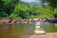 Övre hög för slut av kiselstenar med härlig landskapsikt av den lilla vattenfallet i floden med vattenströmmen som flödar till oc fotografering för bildbyråer