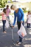 Övre kull för familjplockning i förorts- gata Arkivfoton
