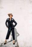 Övre mode för slut; lyxig stående av att bedöva den sexiga kvinnan, mycket perfekta kanter och framsida, solglasögon för solig da Arkivfoto