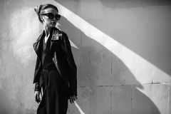 Övre mode för slut; lyxig stående av att bedöva den sexiga kvinnan, mycket perfekta kanter och framsida, solglasögon för solig da Arkivbild