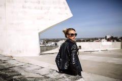 Övre mode för slut; lyxig stående av att bedöva den sexiga kvinnan, mycket perfekta kanter och framsida, solglasögon för solig da Arkivbilder